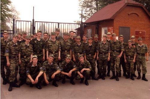 Солдаты у КПП в/ч 43008