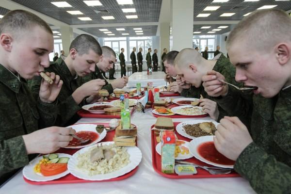 Солдаты в столовой трапезничают