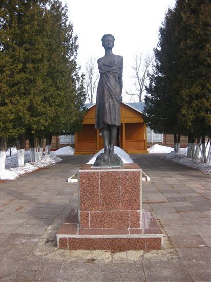 Зоя Космодемьянская. Памятник в Московской области, д. Петрищево